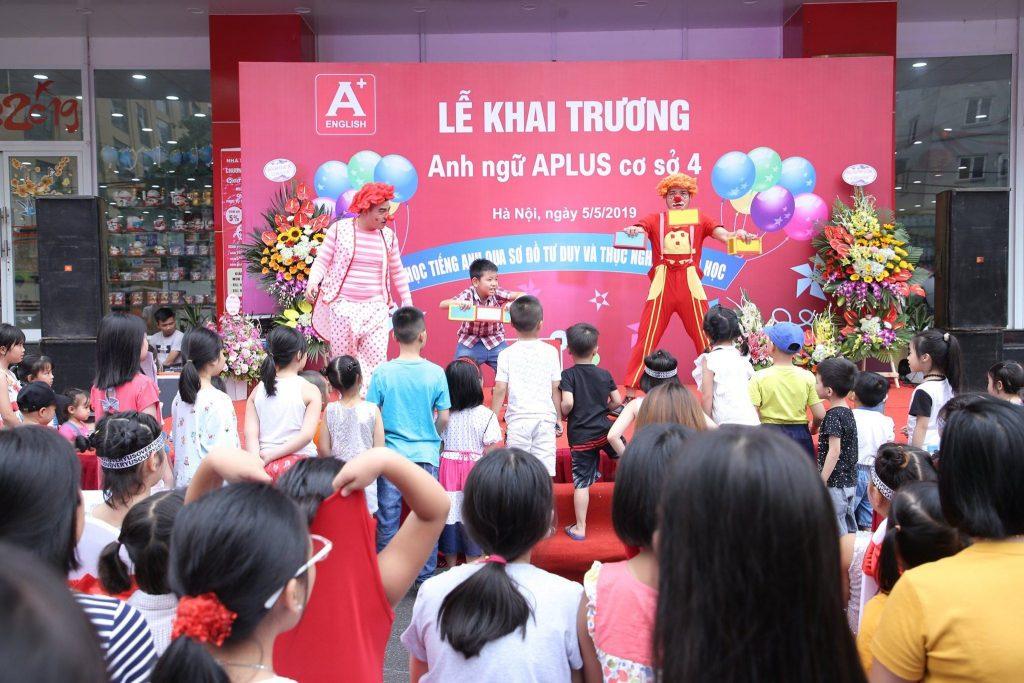 Tại buổi lễ đã diễn ra rất nhiều các hoạt động thú vị và đặc biệt là màn biểu diễn hề xiếc, ảo thuật đã thú hút rất nhiều các bạn nhỏ hào hứng tham gia.