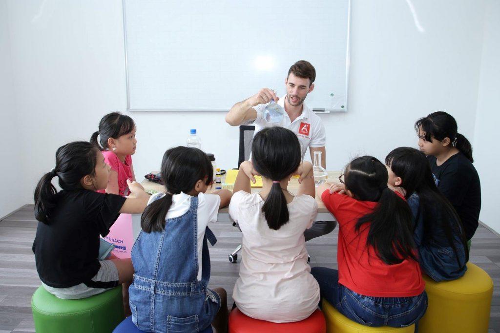 Các bạn nhỏ trong lần đầu được tiếp xúc với giáo viên của trung tâm Aplus qua những thí nghiệm khoa học