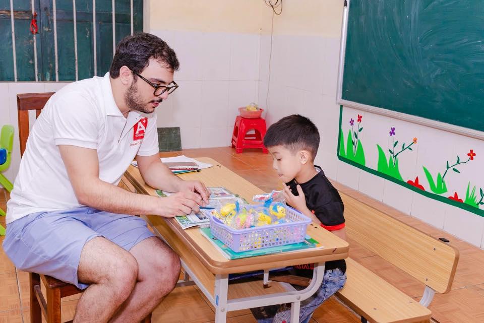 Tại A+ các thầy cô luôn tận tình với các bạn nhỏ
